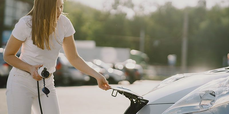 cargando coche electrico en empresa